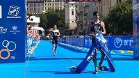 Francouzský závodník Vincent Luis v cíli Světového poháru v triatlonu v Karlových Varech.