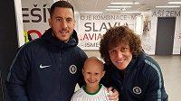Malá Klára se svým idolem Edenem Hazardem a jeho parťákem z Chelsea Davidem Luizem