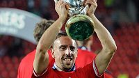 Franck Ribéry s trofejí pro vítěze Superpoháru.