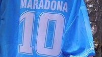 Maradony je plná Neapol. I po dvaadvaceti letech jsou k mání dresy, trička či nejrůznější upomínkové předměty s podobiznou argentinského fotbalisty.