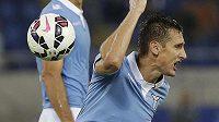 Fotbalista Lazia Miroslav Klose protestuje proti verdiktu sudího v utkání proti Udine.