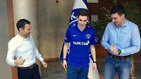 David Pavelka už si za asistence svých manažerů Viktora Koláře (vlevo) a Jindřicha Šťastného zvyká v turecké Kasimpase.