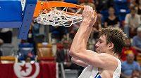 Český basketbalista Jan Veselý smečuje.