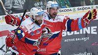 Hokejista Tomáš Divíšek (vpravo) končí předčasně své působení v Pardubicích.
