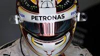 Mistr světa Lewis Hamilton ovládl kvalifikaci na nedělní Velkou cenu Bahrajnu.