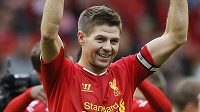 Kapitán Liverpoolu Steven Gerrard oslavuje výhru nad Manchesterem United.