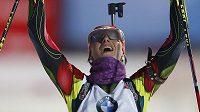 Veronika Zvařičová se raduje z třetího místa české biatlonové štafety v závodu Světového poháru v Ruhpoldingu.
