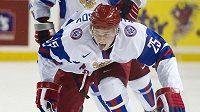 Ruský hokejista Jevgenij Kuzněcov se dostal do senirorské reprezentace.