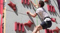 Adam Ondra si vyzkoušel na Olympijském festivalu v Brně lezeckou stěnu.