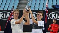 Čeští tenisté Jonáš Forejtek (vpravo) a Dalibor Svrčina s trofejí pro vítěze juniorské čtyřhry na Australian Open.