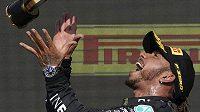 Hamilton se rozjel při oslavách, sklidil kritiku. Za neuctivé a nesportovní označil nizozemský jezdec Max Verstappen vítězné oslavy Lewise Hamiltona po Velké ceně Británie