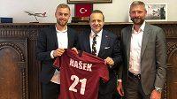 Fotbalista Martin Hašek mladší navštívil spolu se svým otcem tureckou ambasádu. Jako dres přinesl velvyslanci sparťanský dres. Ambasáda na oplátku na sociálních sítích zveřejnila, že bude fotbalista brzy hrát v turecké lize.