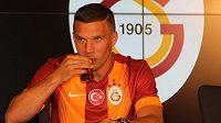 Lukas Podolski po podpisu smlouvy v Istnabulu.