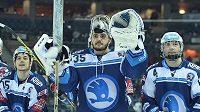 Brankář Plzně Matěj Machovský se raduje z vítězství na ledě Liberce ve čtvrtfinále play off hokejové extraligy.