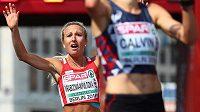 Eva Vrabcová Nývltová dobíhá do cíle maratónu v Berlíně jako třetí.
