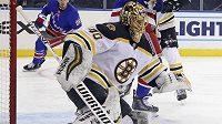 Gólman Bostonu Tuukka Rask během středečního utkání NHL s NY Rangers.