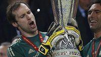 Brankář Chelsea Petr Čech se raduje s pohárem pro vítěze Evropské ligy.