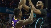 Basketbalista Charlotte Al Jefferson (vpravo) v zápase NBA proti Los Angeles Lakers.