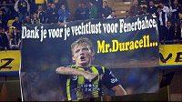 """Fanoušci Dirka Kuijta zbožňují. """"Děkujeme, že za nás bojuješ,"""" stojí na plakátě s obří podobiznou nizozemského útočníka."""