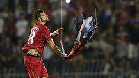 Srb Stefan Mitrovič strhává albánskou vlajku, která poletovala zavěšená na dronu nad trávníkem.