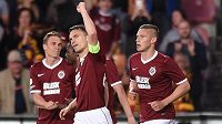 David Lafata oslavuje se spoluhráči ze Sparty vstřelený gól v pátečním utkání proti Slovácku.