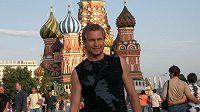 Tomáš Čížek pózuje před chrámem Vasila Blaženého na moskevském Rudém náměstí.