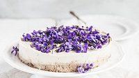 Už jste ochutnali fialkový dort? Zkuste si ho doma sami připravit