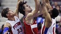 Basketbalista Washingtonu Wizards Jan Veselý (uprostřed) se snaží prosadit přes dvojici bránících hráčů Detroitu Pistons Jonase Jerebka (vlevo) a Tonyho Mitchella.