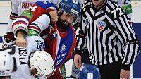 Bitka mezi obráncem Lva Praha Ryanem O'Byrnem (červený) a Oskarem Osalou z Magnitogorsku během čtvrtého finálového utkání play off Kontinentální ligy.