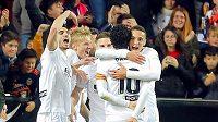 Radost hráčů Valencie po gólu proti Betisu.