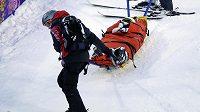 Lyžařku v boulích Heidi Kloserovou odvážejí po tréninku na OH v Soči s vážným zraněním.