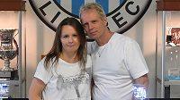 Holger Tribian se spolu se svou českou manželkou Veronikou živí modelováním fotbalových stadiónů.