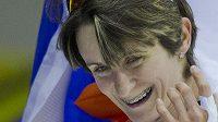 Martina Sáblíková oslavuje na MS v nizozemském Heerenveenu triumf v závodě na 3000 metrů.