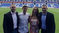 Patrik Hrošovský v doprovodu manželky a bratrů Zíkových z agentury Global Sports, která ho zastupuje,si zapózoval na stadionu v Genku.