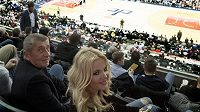 Andrej Babiš s manželkou sledují Tomáše Satoranského během zápasu NBA mezi týmy Washington Wizards a Dallas Mavericks.
