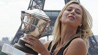 Ruská tenistka Maria Šarapovová s trofejí pro vítězku French Open v Paříži.