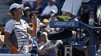 Tomáš Berdych diskutuje ve třetím setu čtvrtfinále US Open s rouzhodčí.