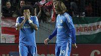 Zklamaný obránce Realu Madrid Marcelo Vieira (vlevo) na hřišti FC Sevilla. Vpravo přihlíží záložník Luka Modrič.