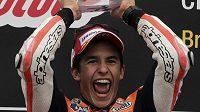 Teprve dvacetiletý Marc Márquez ze Španělska se raduje z triumfu v kategorii MotoGP.