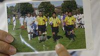 Na fotografii ve středu fotbalový rozhodčí Ricardo Portillo, který zemřel poté, co ho úderem do hlavy zasáhl hráč.