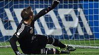 Brankář Dukly Filip Rada inkasuje na hřišti Jablonce gól z penalty.
