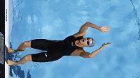 Simona Baumrtová (dole) vyrovnala v semifinále plaveckého mistrovství světa v Barceloně na znakařské stovce vlastní český rekord časem 59,99 sekundy a do finále postoupila ze sedmého místa.