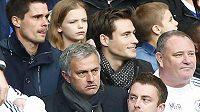 Naštvaný kouč Jose Mourinho mezi diváky na tribuně.