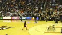 Basketbalista prolétl košem i s míčem.