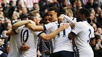 Fotbalisté Tottenhamu se radují z gólu, který vstřelila největší hvězda týmu Harry Kane (druhý zprava).
