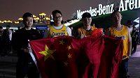 Fandové Los Angeles Lakers před zápasem v Šanghaji.