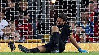 Brankář Liverpoolu Alisson Becker v momentě, kdy si poranil lýtko