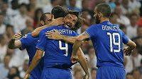 Alvaro Morata (druhý zleva) se raduje se spoluhráči z branky proti Realu Madrid.