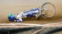 Dán Nicki Pedersen při pádu během finále Zlaté přilby.