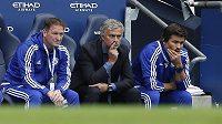 Kouč Chelsea José Mourinho (uprostřed) a jeho asistenti Rui Faria a Steve Holland při utkání s Manchesterem City.